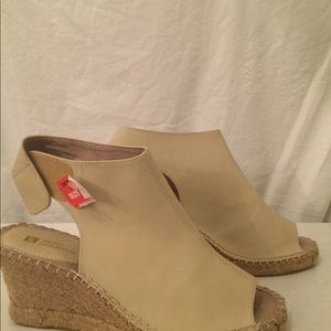 White Mountain tan leather wedges 9